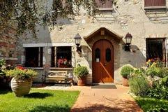 一个美丽的房子,有一个美好的围场的一个房子 库存照片