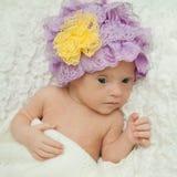 一个美丽的新出生的女孩的画象有唐氏综合症的 库存照片