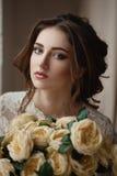 一个美丽的新娘的画象有花束的在手上 库存图片