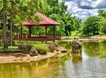 一个美丽的日本庭院的亭子 库存照片