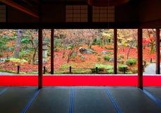 一个美丽的日本庭院的秋天风景在京都日本 免版税库存图片
