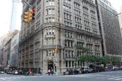 一个美丽的景色彼得罗相大厦在曼哈顿邻里 图库摄影
