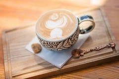 一个美丽的杯子热奶咖啡 库存图片