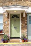 一个美丽的格鲁吉亚时代城内住宅的前面绿色门在伦敦 免版税库存照片