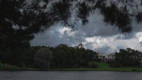一个美丽的池塘、美丽的天空和一个壮观的庄园距离的 股票视频