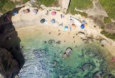 一个美丽的沙滩的鸟瞰图 库存照片