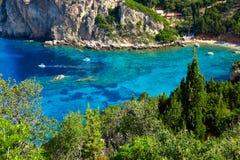 一个美丽的海湾的看法用清楚的绿松石水 免版税图库摄影