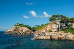 一个美丽的海滩的风景在马略卡,巴利阿里群岛,西班牙的一个夏日 库存照片