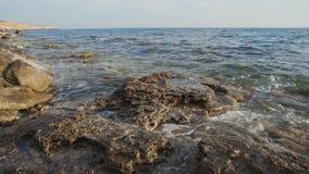 一个美丽的海滩的鸟瞰图与清楚的大海的 影视素材