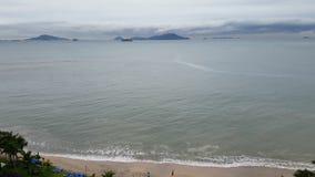 一个美丽的海滩的鸟瞰图在热带天气的 股票录像