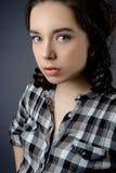 一个美丽的深色的女孩的秀丽画象一灰色backgroun的 免版税库存照片