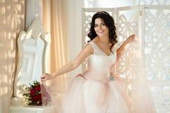 一个美丽的深色的女孩的画象一件桃红色礼服的有ai的 库存照片