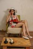 一个美丽的深色头发的女孩由电话谈话 免版税库存图片