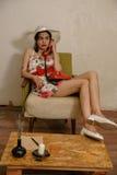一个美丽的深色头发的女孩由电话谈话 图库摄影
