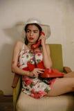 一个美丽的深色头发的女孩由电话谈话 免版税库存照片