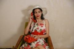 一个美丽的深色头发的女孩由电话谈话 库存照片