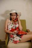 一个美丽的深色头发的女孩由电话谈话 库存图片