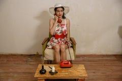 一个美丽的深色头发的女孩由电话谈话 免版税图库摄影