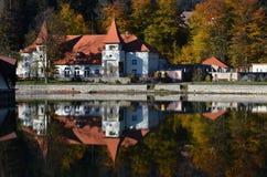 一个美丽的湖房子的好的看法在秋天 免版税库存图片