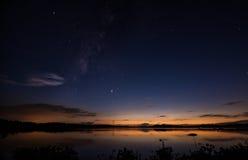 一个美丽的湖的夜图片有星的在天空 库存照片
