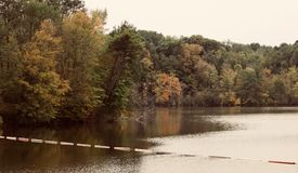 一个美丽的湖的美好的被隔绝的图象 库存照片