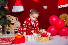 一个美丽的男孩打开圣诞节礼物 库存图片