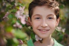 一个美丽的男孩的画象在春天公园 免版税库存照片