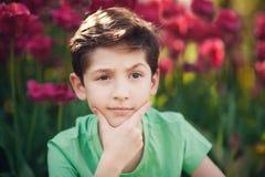 一个美丽的男孩的画象在春天公园 免版税图库摄影