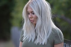 一个美丽的白肤金发的十几岁的女孩的画象室外本质上 库存照片