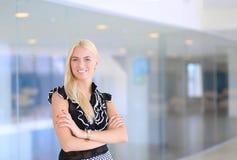 一个美丽的白肤金发的女商人打开办公室门 免版税库存图片