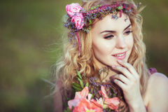 一个美丽的白肤金发的女孩的画象一件桃红色礼服的有神奇神色的 库存图片