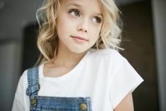 一个美丽的白肤金发的女孩的画象在家,生活方式 免版税图库摄影