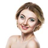一个美丽的白肤金发的女孩的画象有柔和的构成的 看在一白色背景和微笑的妇女照相机 库存图片