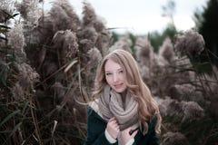 一个美丽的白肤金发的女孩的画象有雀斑inwarm毛线衣或夹克的 库存照片