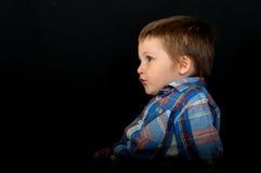 一个美丽的白肤金发的男孩的一张异常的画象 库存图片