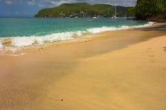 一个美丽的白色沙子海滩在加勒比 免版税图库摄影