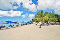 一个美丽的白色沙子海滩在圣约翰,安提瓜岛- 2017年12月4日- -享受在海滩的人们时间在安提瓜岛的海岛上 库存照片
