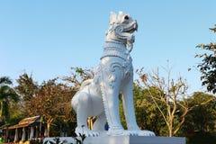 一个美丽的白色狮子雕象 库存图片