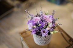 一个美丽的白色罐的顶视图有嫩淡紫色花构成的 图库摄影