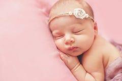 一个美丽的睡觉的婴孩的特写镜头画象 免版税库存图片