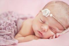 一个美丽的睡觉的婴孩的特写镜头画象 免版税图库摄影