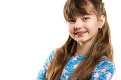 一个美丽的矮小的微笑的女孩的画象一白色backgroun的 免版税图库摄影