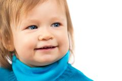 一个美丽的矮小的微笑的女孩的画象 儿童` s面孔面孔特写镜头 库存图片