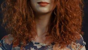 一个美丽的红发女孩的 自然发型 股票录像