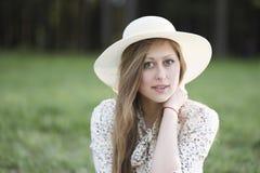 一个美丽的绿眼的女孩的面孔帽子的 库存图片