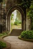 一个美丽的老教会被变换成公园在伦敦 免版税库存图片