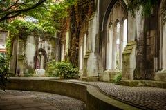 一个美丽的老教会被变换成公园在伦敦 图库摄影