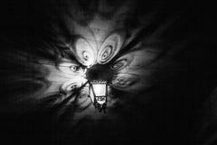 一个美丽的老灯笼在晚上给美丽的阴影 不可思议的阴影 北京,中国黑白照片 免版税库存图片