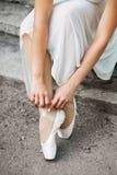 一个美丽的芭蕾舞女演员特写镜头的腿 库存照片