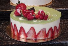 一个美丽的草莓蛋糕 库存照片